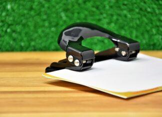czym zrobić dziurki w kartce papieru?